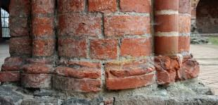 Filar gotycki zbudowany z kształtek ceglanych formowanych ręcznie
