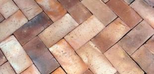 Cegła na podłogę - posadzka wzorcowa ułożona z cegły palonej węglem
