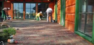 Cegła na tarasie - układanie dekoracyjnej nawierzchni z cegły ręcznie formowanej