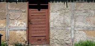 Ściana zewnętrzna z gliny - czym tynkować?