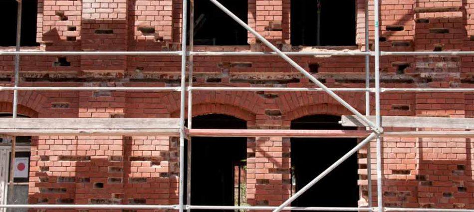 Fugowanie elewacji ceglanych z wymianą uszkodzonych cegieł